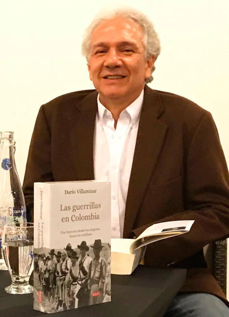 Darío Villamizar amb el llibre