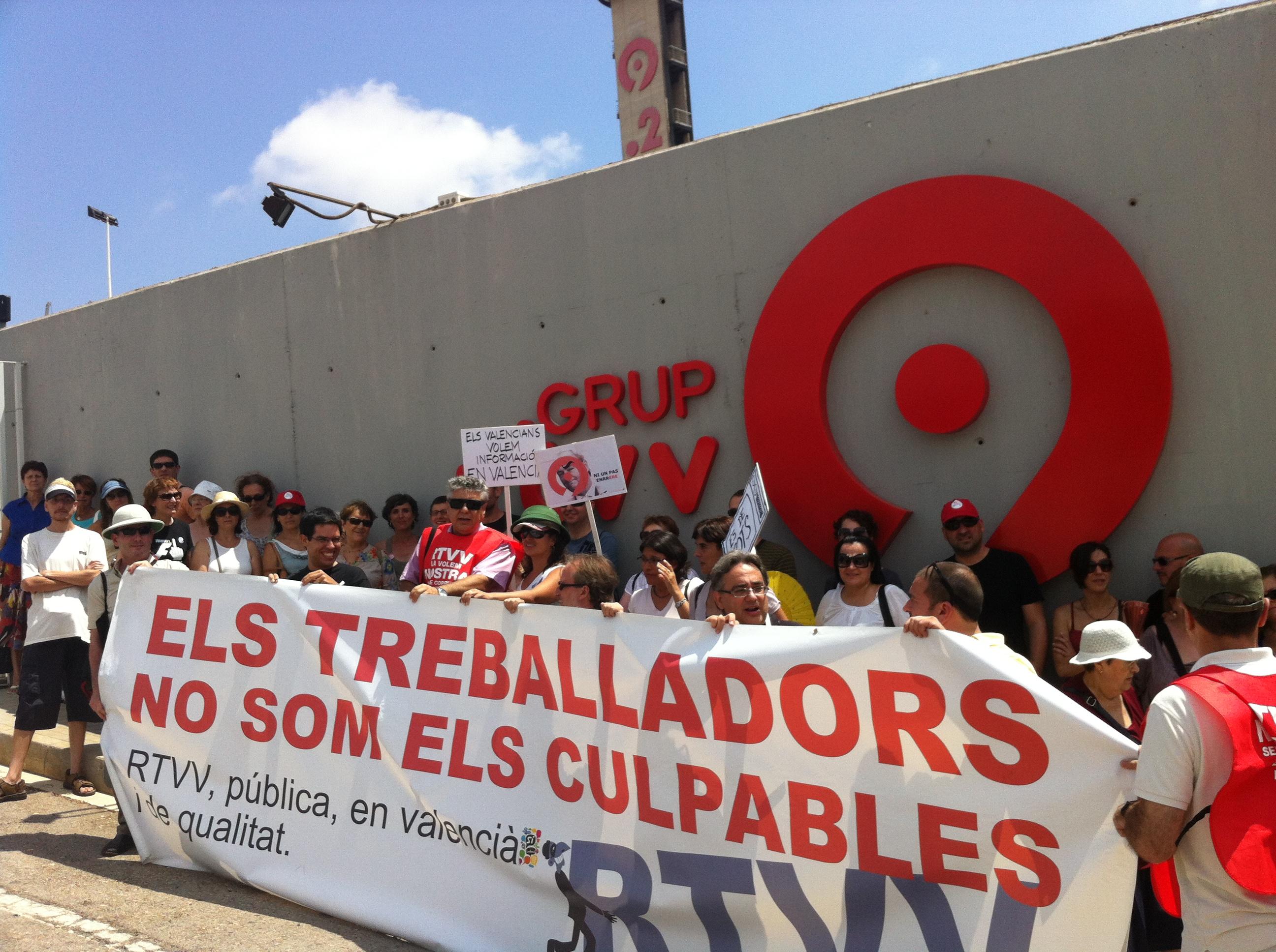 """7 de juliol de 2012 Els """"turistes"""" de la Ruta del Balafiament a les portes de RTVV"""